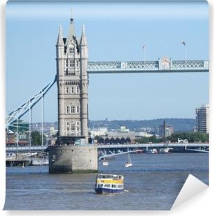 Selbstklebende Fototapete Tower Bridge und Touristenboote