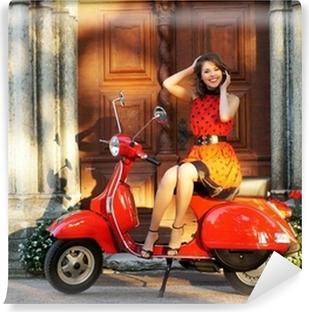 Selbstklebende Fototapete Vintage Foto einer jungen und schönen Frau und ein alter Roller