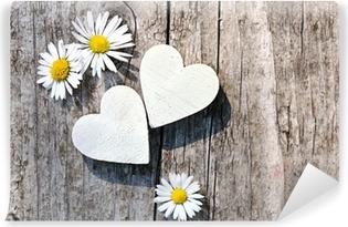 Selbstklebende Fototapete Zwei weiße Herzen & Gänseblümchen