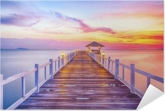 Selbstklebendes Poster Bewaldet Brücke im Hafen zwischen Sonnenaufgang