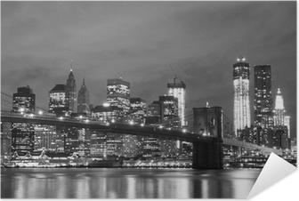 Selbstklebendes Poster Brooklyn Bridge und Manhattan Skyline At Night, New York City