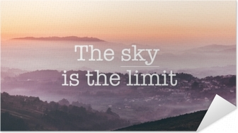 Selbstklebendes Poster Der himmel ist die grenze, nebelige berge hintergrund