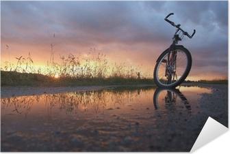 Selbstklebendes Poster Fahrrad in der Pfütze
