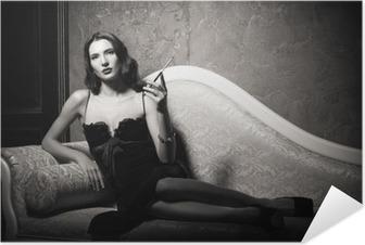 Selbstklebendes Poster Film-Noir-Stil: elegante junge Frau liegt auf dem Sofa und das Rauchen von Zigaretten. Schwarz und weiß