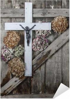 Selbstklebendes Poster Holzkreuz und weißen Hortensien blühen auf dem Hintergrund der alten Holzwände