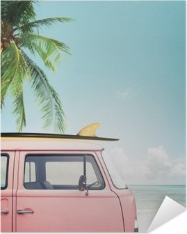 Selbstklebendes Poster Oldtimer auf dem tropischen Strand geparkt (Meer) mit einem Surfbrett auf dem Dach