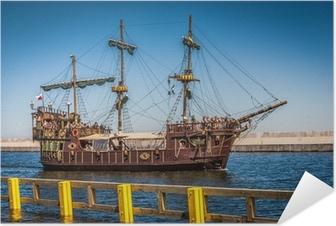Selbstklebendes Poster Piratengaleone Schiff auf dem Wasser der Ostsee