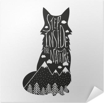 Selbstklebendes Poster Vector Hand Schriftzug Illustration gezeichnet. Treten Sie ein in die Natur. Typografie Plakat mit Fuchs, Berge, Kiefernwald und Wolken.
