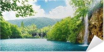 Selbstklebendes Poster Wasserfall im tiefen Wald