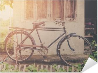 Selbstklebendes Poster Weinlese-Fahrrad oder altes Fahrrad Vintage Park auf alten Mauer nach Hause.