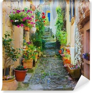 Ruelle étroite et colorée dans un village de Provence Selvklæbende fototapet
