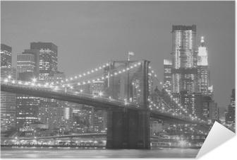 Brooklyn Bridge og Manhattan Skyline at Night Selvklæbende plakat