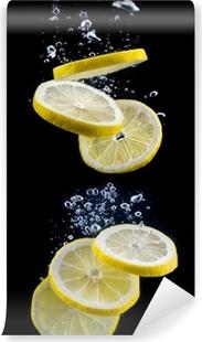 Selvklebende fototapet Stykke sitron i vannet