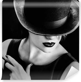 Selvklebende fototapet Vintage kvinne med en lue og sigar