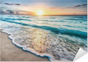 Selvklebende Plakat Soloppgang over stranden i Cancun