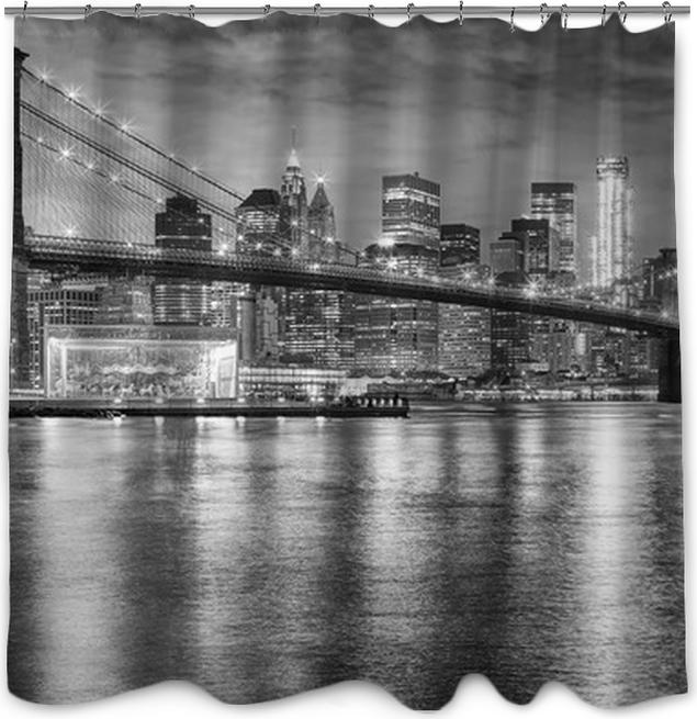 Black and white photo of Brooklyn Bridge and Manhattan at night, New ...
