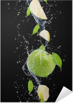 Självhäftande Poster Gröna äpplen i vatten splash, isolerade på svart bakgrund