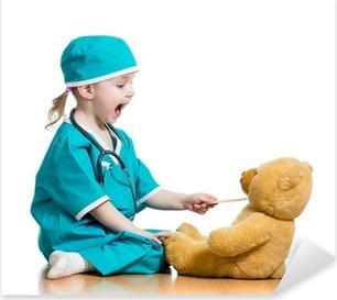 Sticker Pixerstick Adorable enfant habillé comme un médecin joue sur blanc
