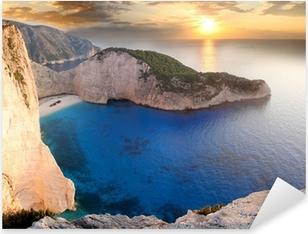 Pixerstick Sticker Amazing beach Navagio tegen zonsondergang, Zakynthos, Griekenland