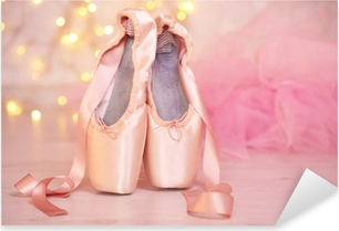Pixerstick Sticker Ballet pointe schoenen op de vloer op de achtergrond bokeh
