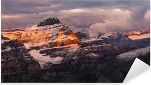 Pixerstick Sticker Bergketen zonsopgang uitzicht met kleurrijke pieken, rotsachtige bergen