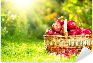 Pixerstick Sticker Biologische appelen in een mand buiten. Boomgaard. Autumn Garden