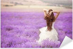 Pixerstick Sticker Bruid in trouwdag in lavendel veld