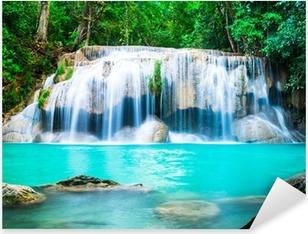 Sticker Pixerstick Chute d'eau dans la jungle à la province de Kanchanaburi, Thaïlande