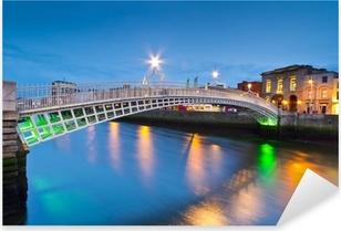 Pixerstick Sticker De ha'penny brug in Dublin in de nacht, Ierland