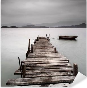 Sticker Pixerstick Donnant sur un quai et un bateau, une faible saturation