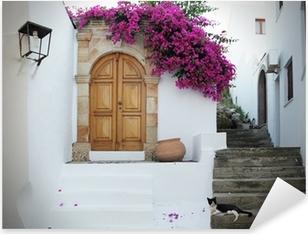 Sticker Pixerstick En Grèce: des murs blancs, des fleurs fuchsia, des escaliers et chat détente