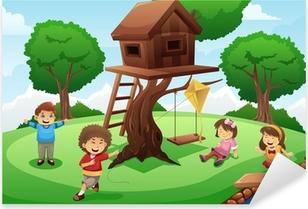 Sticker Pixerstick Enfants jouant autour de la maison de l'arbre