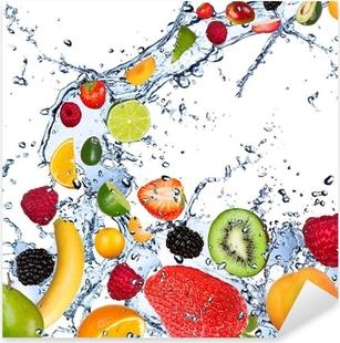 Sticker Pixerstick Fruits tombant dans les projections d'eau, isolé sur fond blanc