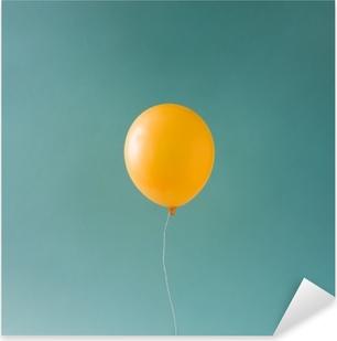 Pixerstick Sticker Gele balloonon blauwe hemel. minimaal concept.