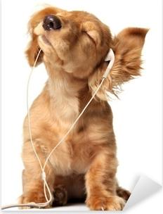 Pixerstick Sticker Jonge pup het luisteren naar muziek op een koptelefoon.