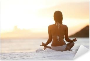 Pixerstick Sticker Meditatie Yoga vrouw mediteren op het strand zonsondergang