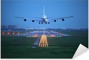 Pixerstick Sticker Passagiersvliegtuig vliegen omhoog over startbaan van de luchthaven van
