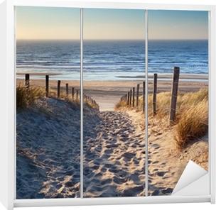 Sticker pour Armoire Chemin de plage de la mer du Nord dans le soleil d'or