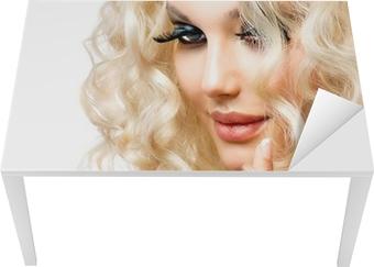 Sticker pour table et bureau belle jeune fille blonde isolé sur un