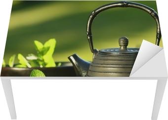 Sticker pour table et bureau Fer noir Théière asiatique avec des brins de menthe pour le thé