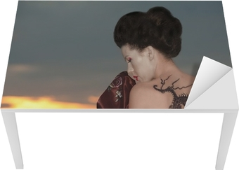 Sticker pour table et bureau Geisha avec tatouage de dragon