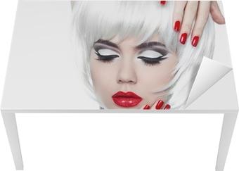 Sticker pour table et bureau Maquillage et la coiffure. Lèvres rouges et ongles manucurés. Mode Beau