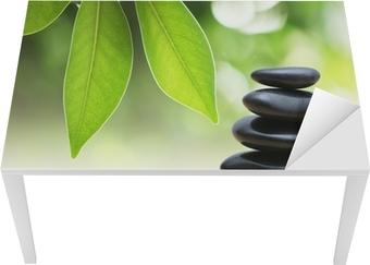 Sticker pour table et bureau Zen pyramide de pierres sur la surface de l'eau, des feuilles vertes sur elle