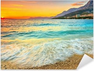 Pixerstick Sticker Prachtige zonsondergang boven de zee, Makarska, Kroatië