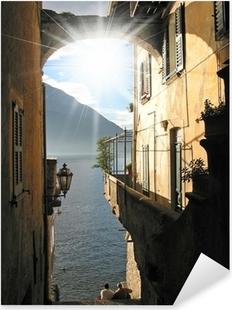 Pixerstick Sticker Romantisch uitzicht op de beroemde Italiaanse Comomeer van Varenna stad