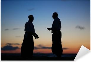 Sticker Pixerstick Silhouettes de deux hommes parlant au coucher du soleil