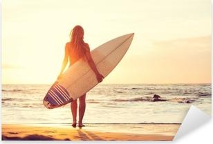 Pixerstick Sticker Surfer Meisje op het strand bij zonsondergang