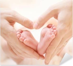 Pixerstick Sticker Tiny pasgeboren baby's Voeten op Vrouw Heart Shaped Handen Close-up