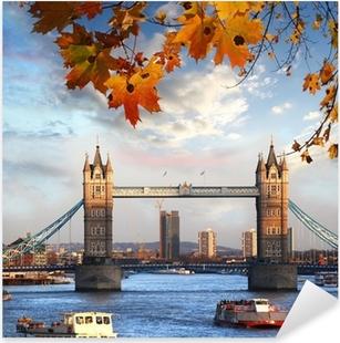 Sticker Pixerstick Tower Bridge avec des feuilles d'automne, à Londres, Angleterre
