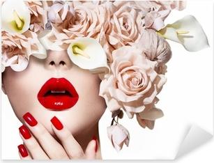 Pixerstick Sticker Vogue stijl model meisje gezicht met rozen. Sexy rode lippen en nagels.